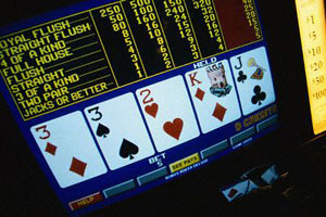 schermo di video poker con carte e tabella pagamenti