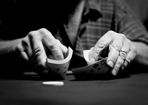 Dealer che mescola la carte da poker